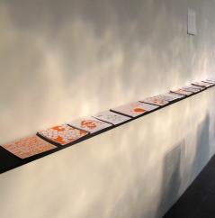 Étagère de gauche : les images à choisir, galerie Tinbox, Bordeaux, septembre 2011.