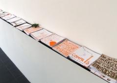 Étagère de droite : livres à consulter, galerie Tinbox, Bordeaux, septembre 2011.